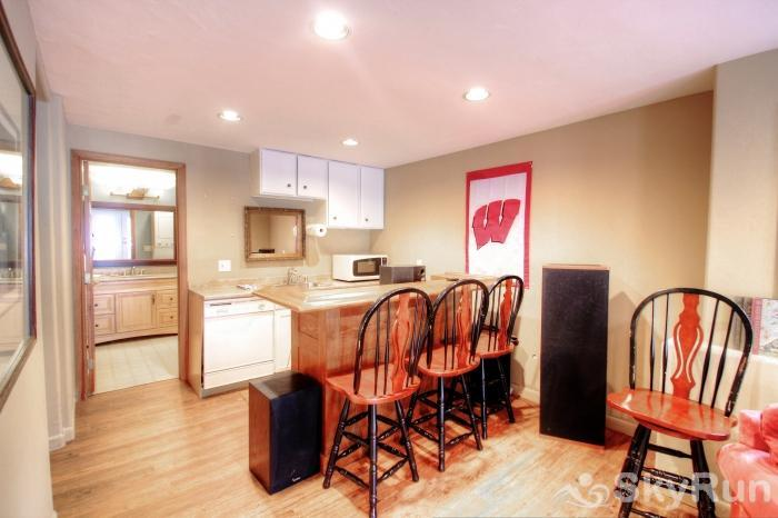 1717 Geneva Drive W Basement Kitchenette